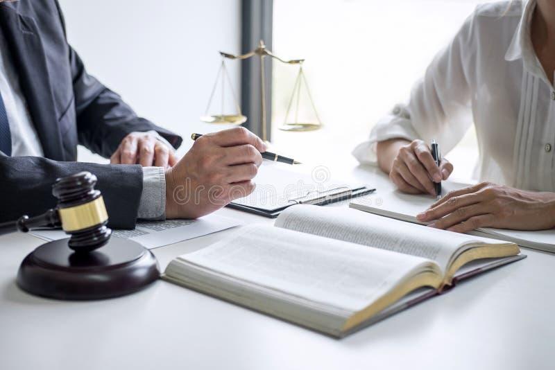 Empresaria y abogado o juez consultar y conferencia masculinos que tiene reuni?n del equipo con el cliente en el bufete de abogad foto de archivo libre de regalías