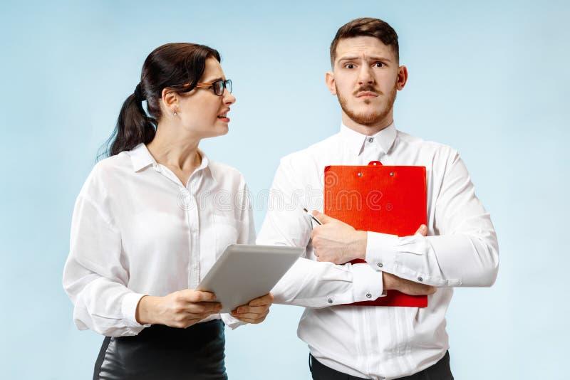Empresaria y colega enojados en la oficina fotografía de archivo libre de regalías
