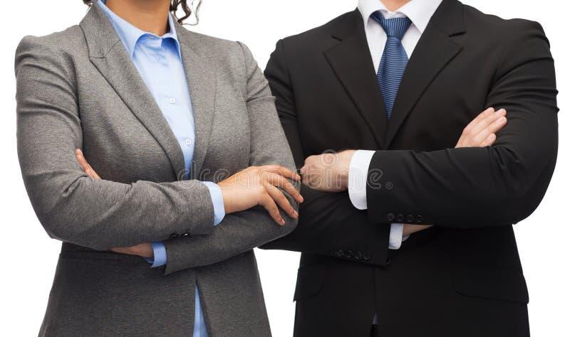 Empresaria y hombre de negocios con los brazos cruzados foto de archivo libre de regalías