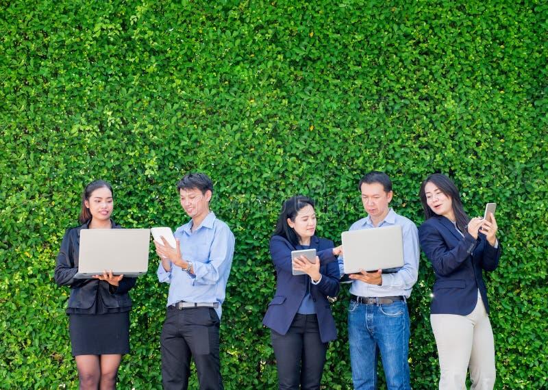Empresaria y hombre de negocios que trabajan fuera de oficina usando lapto fotografía de archivo