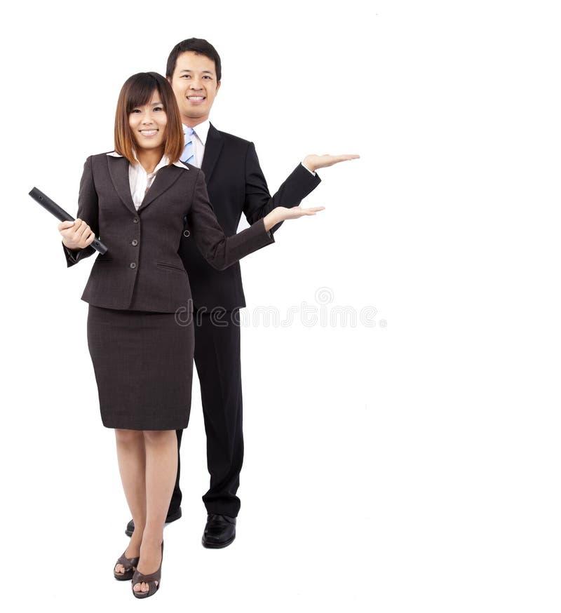 Empresaria y hombre de negocios sonrientes jovenes fotografía de archivo