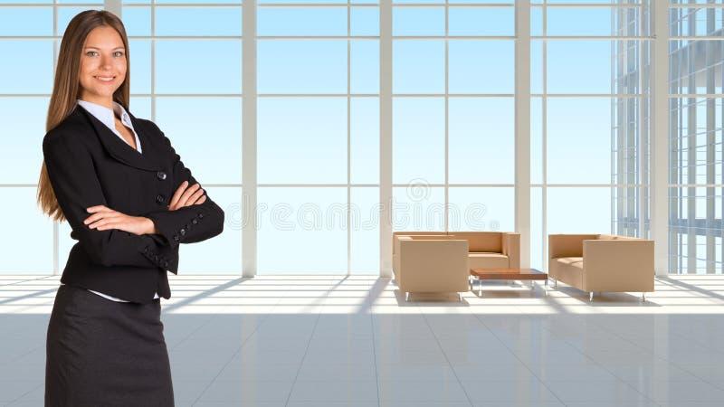 Empresaria y ventana grande en el edificio de oficinas foto de archivo libre de regalías