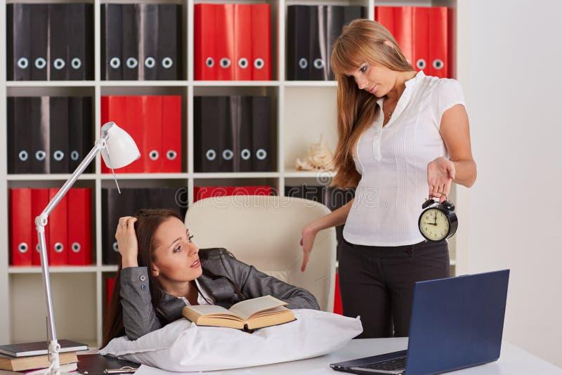 Empresarias cansadas en la oficina foto de archivo