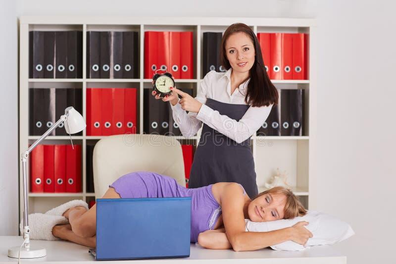 Empresarias cansadas en la oficina fotografía de archivo