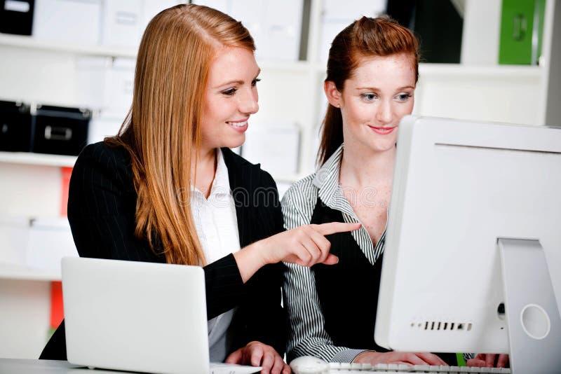 Empresarias con la computadora portátil y el ordenador imagen de archivo