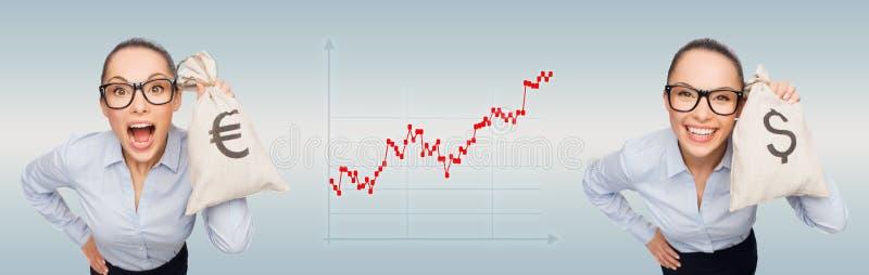 Empresarias felices que sostienen bolsos del dinero ilustración del vector