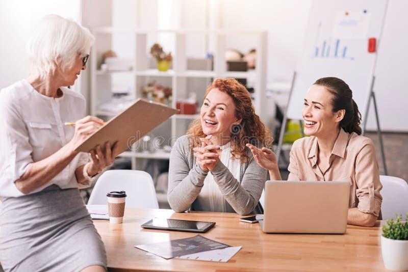 Empresarias positivas que trabajan en el centro de negocios imagen de archivo libre de regalías