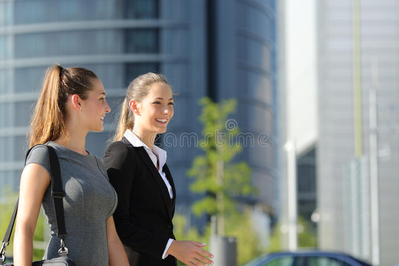 Empresarias que caminan y que hablan en la calle fotos de archivo libres de regalías