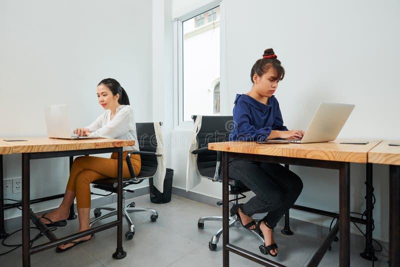 Empresarias que trabajan en la oficina moderna imagen de archivo