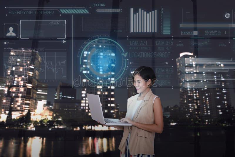 Empresarias que usan el ordenador con la pantalla virtual digital foto de archivo libre de regalías