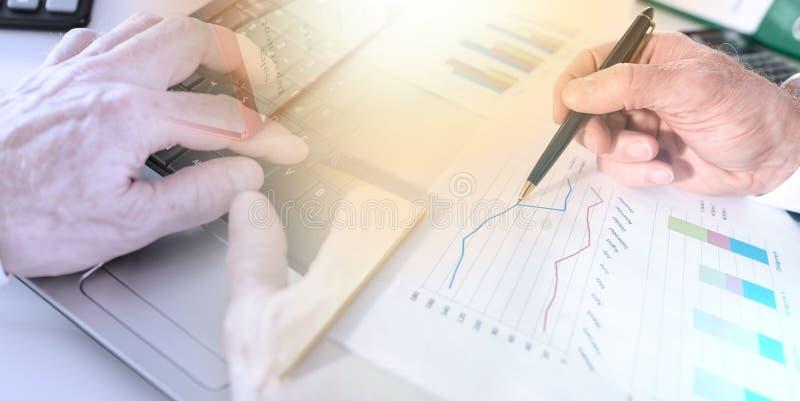 Empresario analizando gráficos; exposición múltiple fotos de archivo