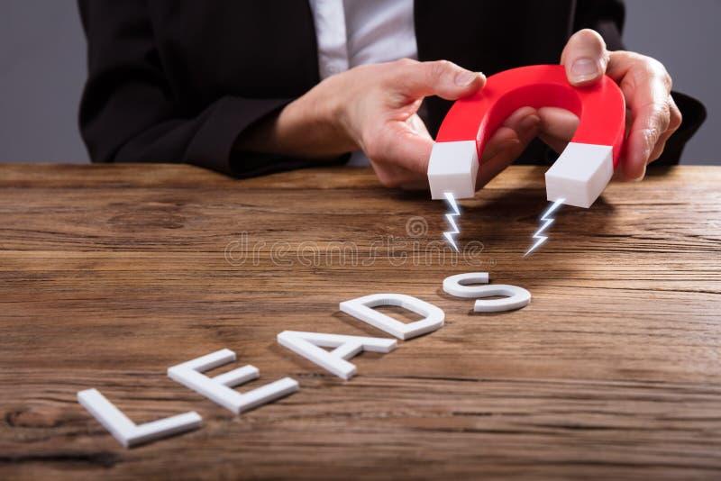 Empresario Attracting Lead Text con el imán de herradura fotos de archivo