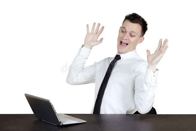 Empresario caucásico chocado con el ordenador portátil fotografía de archivo