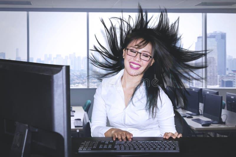 Empresario de sexo femenino con su soplar del pelo imagenes de archivo