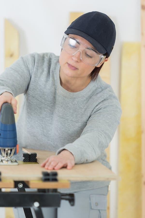 Empresario de sexo femenino de la carpintería que trabaja difícilmente imágenes de archivo libres de regalías