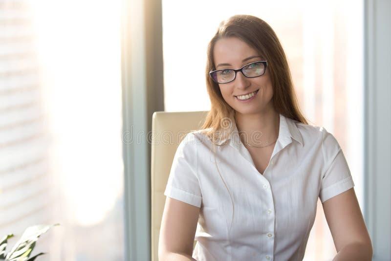 Empresario de sexo femenino listo para la cooperación imágenes de archivo libres de regalías