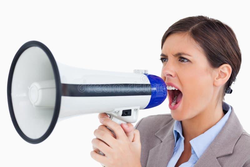 Empresario de sexo femenino que grita a través del megáfono imagen de archivo libre de regalías