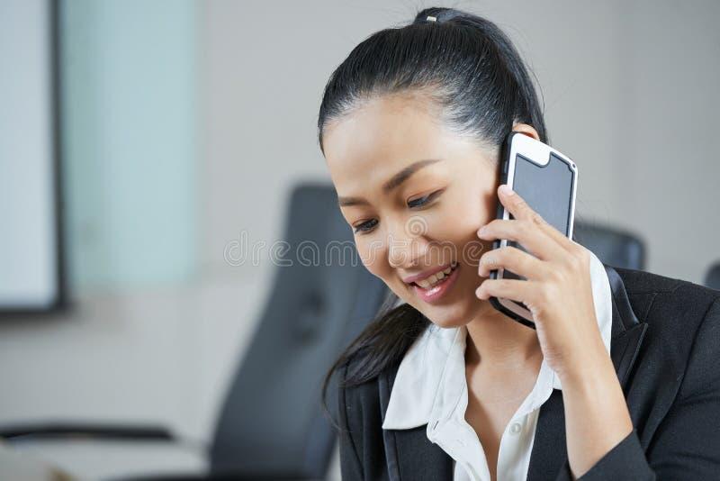 Empresario de sexo femenino que habla en el teléfono fotografía de archivo