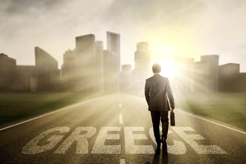 Empresario de sexo masculino con la palabra de Grecia en el camino foto de archivo libre de regalías
