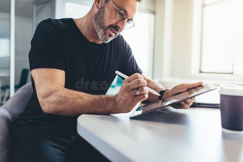 Empresario de sexo masculino que comprueba correos electrónicos foto de archivo libre de regalías