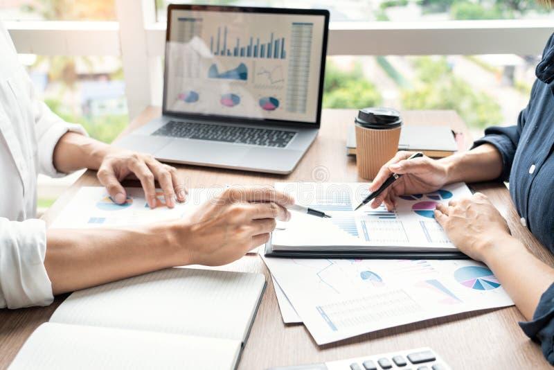Empresario discute la explicación de las nuevas tendencias de la información sobre un documento con un colega compañero de trab fotos de archivo