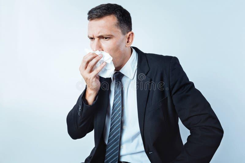 Empresario enfermo que quiere estornudar imagen de archivo