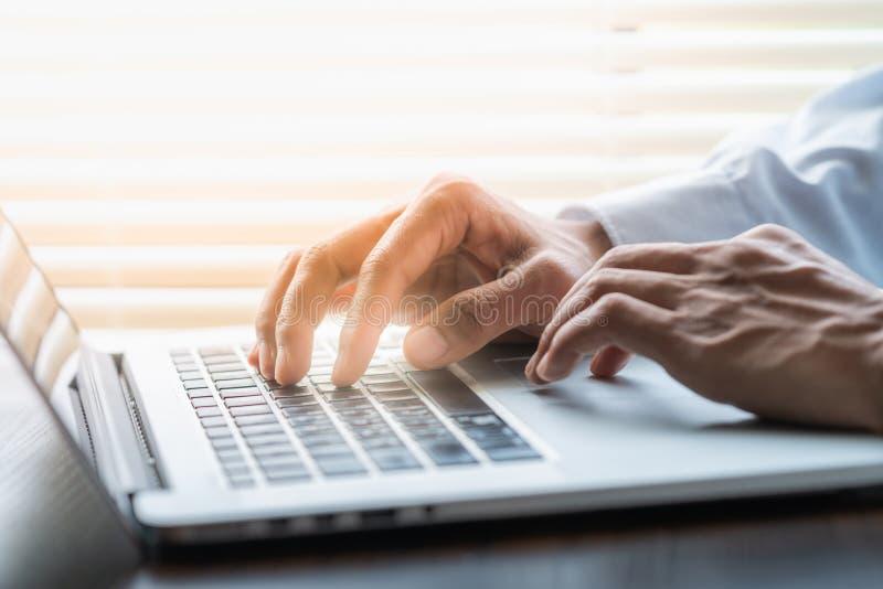 Empresario escribiendo en el teclado del portátil fotografía de archivo libre de regalías