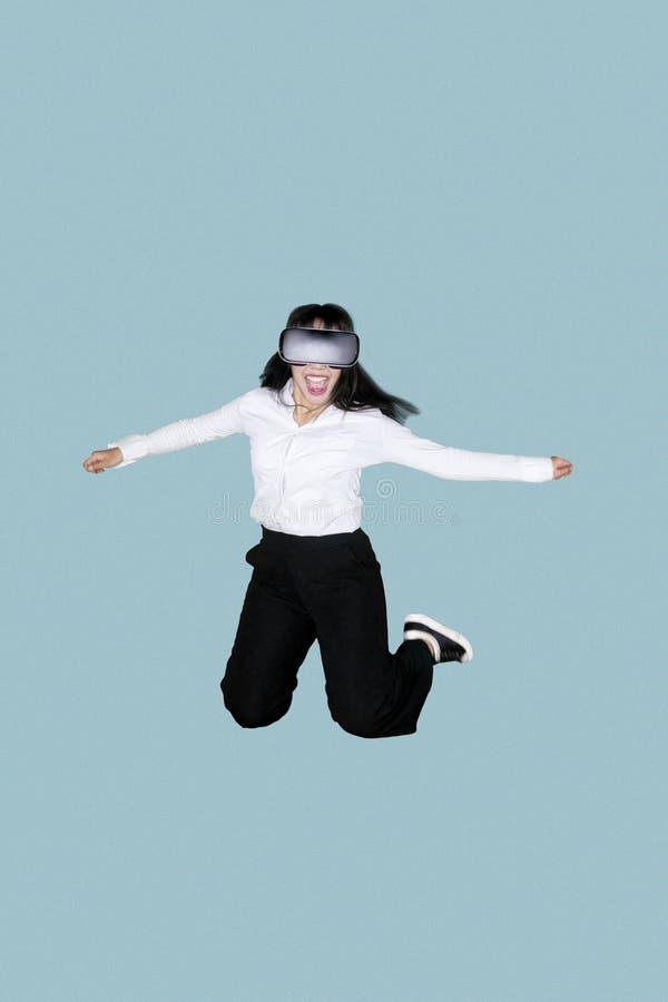 Empresario feliz que lleva gafas de la realidad virtual fotos de archivo libres de regalías
