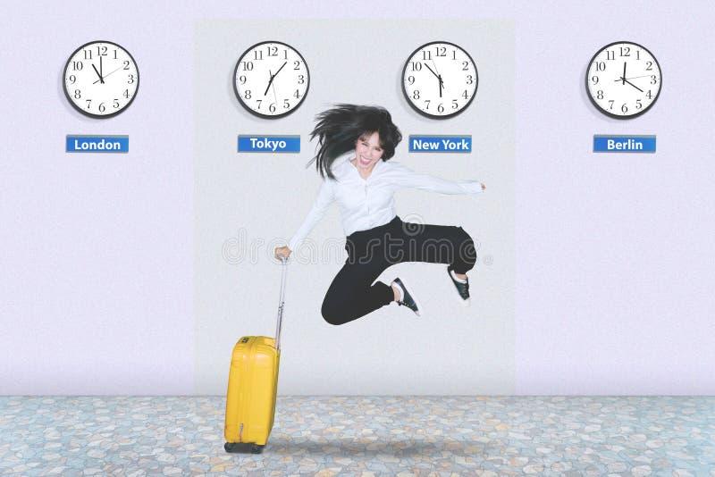 Empresario feliz que salta en el aeropuerto foto de archivo