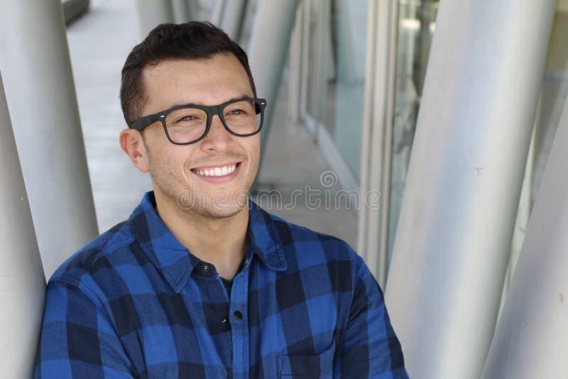 Empresario latinoamericano joven que mira lejos imagenes de archivo