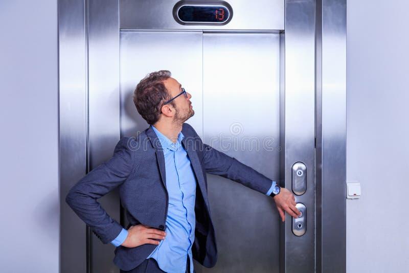 Empresario llamando al ascensor fotos de archivo libres de regalías