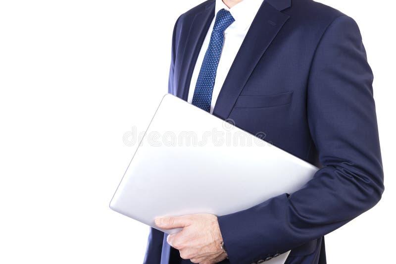Empresario lleva una laptop en el brazo aislada en fondo blanco fotos de archivo