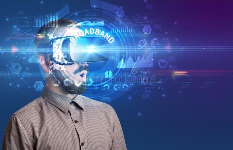 Empresario mirando a través de lentes VR fotos de archivo libres de regalías