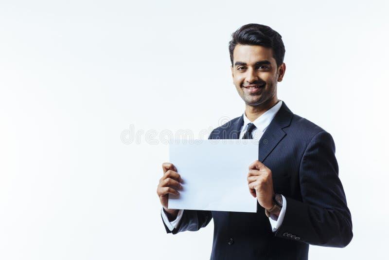 Empresario que lleva a cabo la muestra blanca imagen de archivo libre de regalías