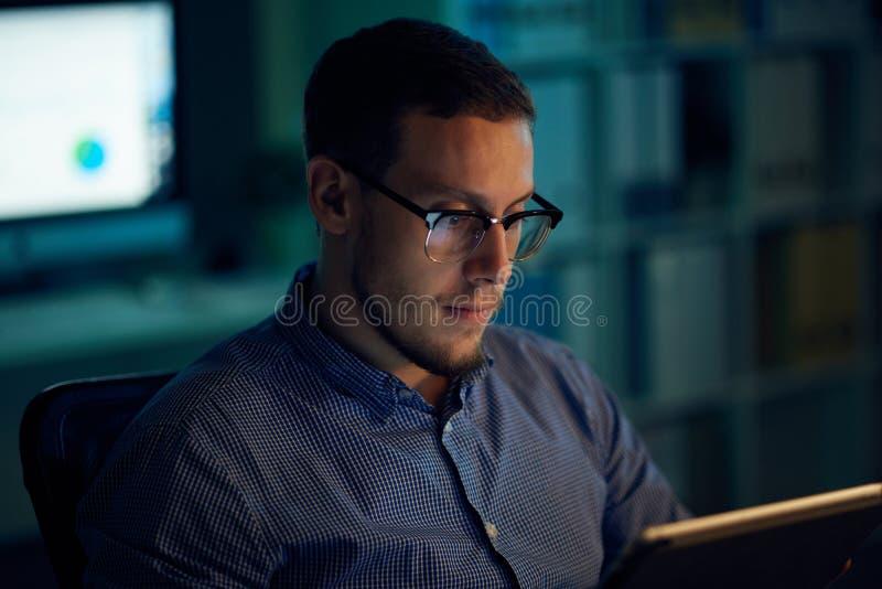 Empresario que trabaja tarde imagen de archivo