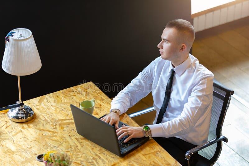 Empresario se aburre mientras trabaja imagen de archivo libre de regalías