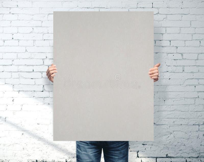 Empresario sosteniendo pancartas grises imagen de archivo libre de regalías
