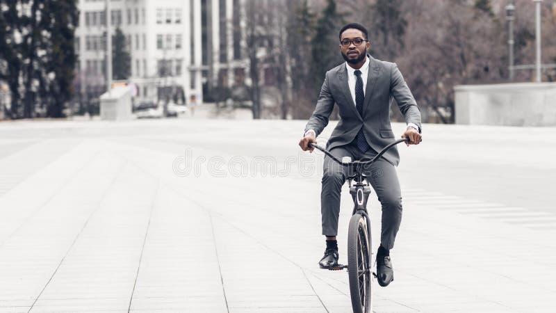 Empresario yendo en bicicleta a oficina, espacio libre imagenes de archivo
