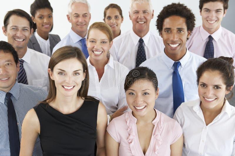 Empresarios asentados en círculo en el seminario de la compañía foto de archivo libre de regalías