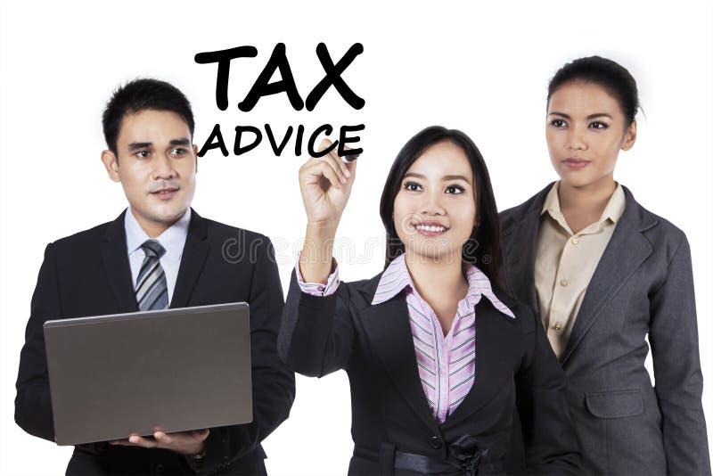 Empresarios con consejo del impuesto imágenes de archivo libres de regalías
