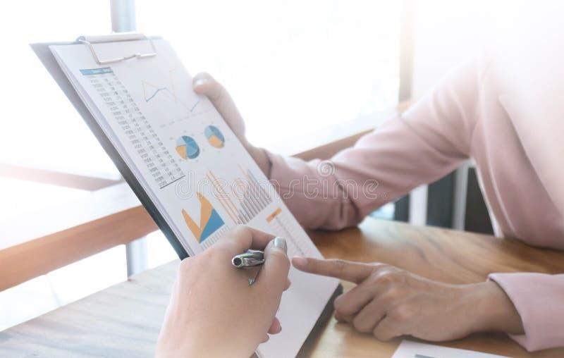 Empresarios coworking el comentario y mostrar graphica del crecimiento fotografía de archivo libre de regalías