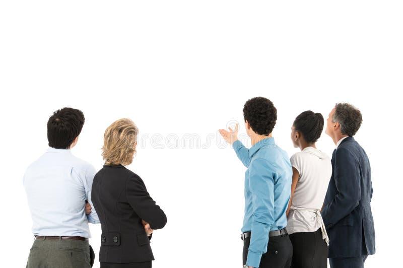 Empresarios del concentrado que miran la pantalla foto de archivo
