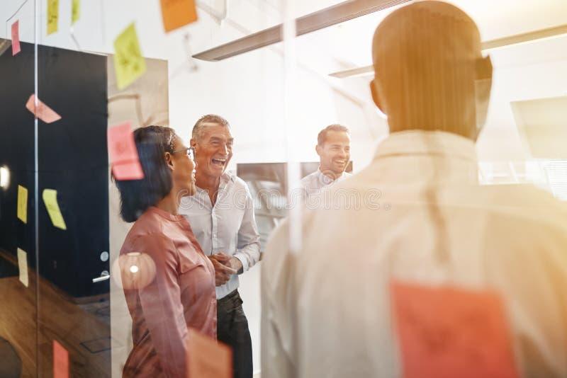 Empresarios diversos que ríen después de una oficina que se inspira el SE fotografía de archivo