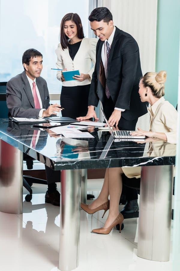 Empresarios en la reunión que escuchan la presentación foto de archivo libre de regalías