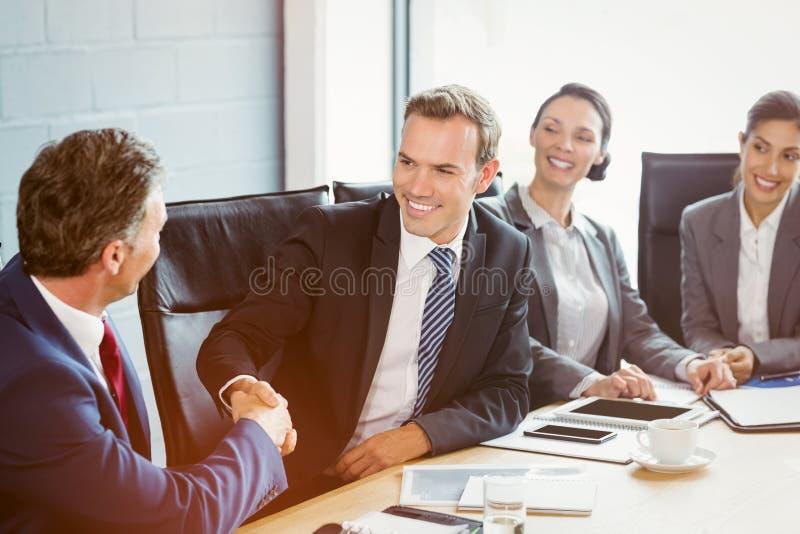 Empresarios en la sala de conferencias foto de archivo libre de regalías