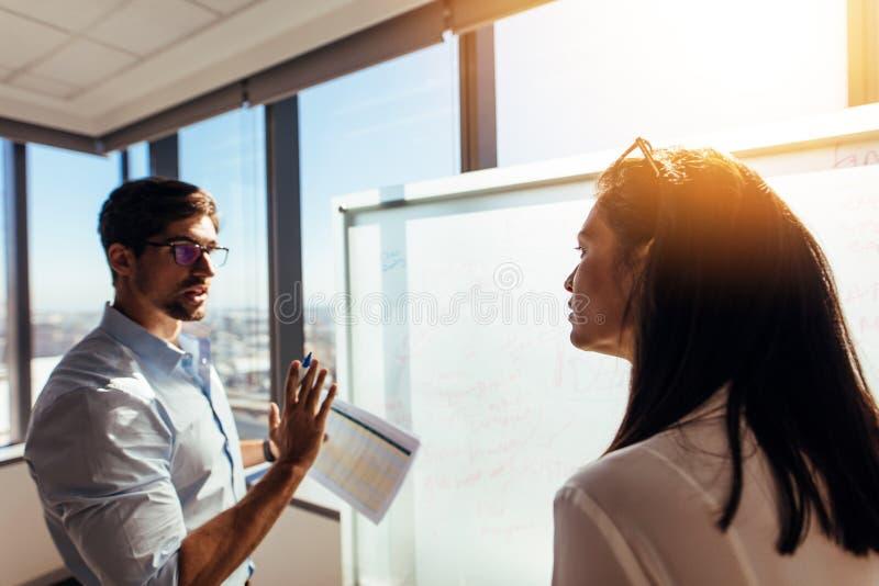 Empresarios en oficina que discuten ideas del negocio fotografía de archivo