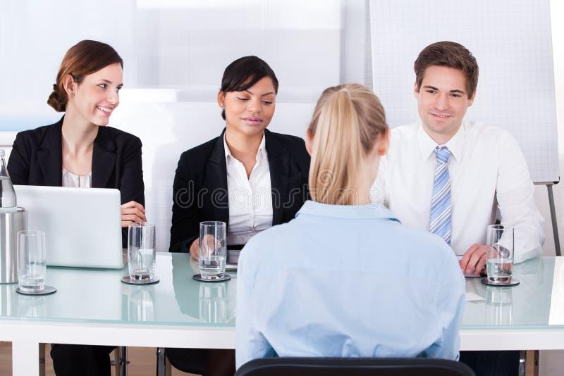 Empresarios en una reunión fotos de archivo