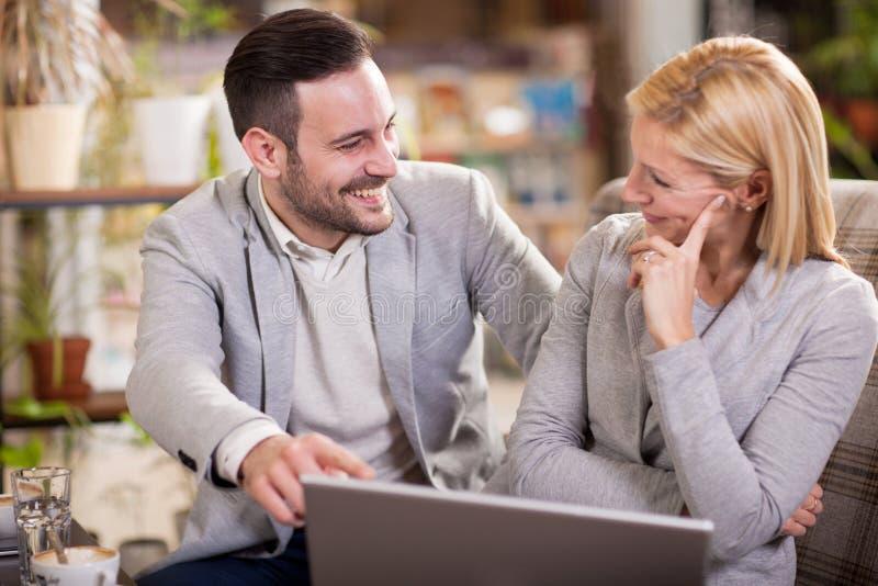 Empresarios jovenes que tienen una reunión de negocios en la cafetería imagen de archivo