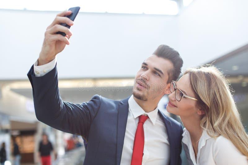 Empresarios jovenes que toman el selfie en centro de negocios foto de archivo