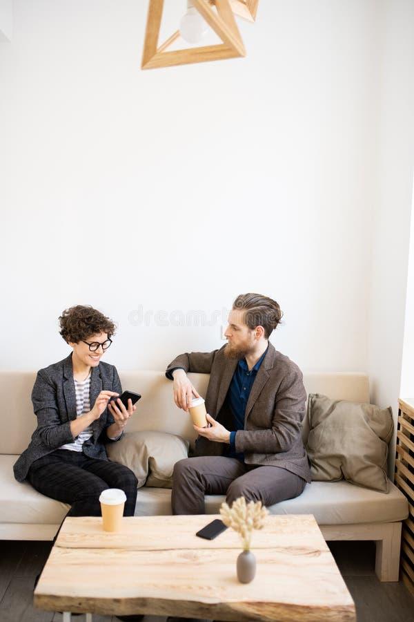 Empresarios modernos que se encuentran en café foto de archivo libre de regalías